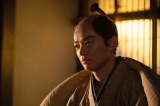 大河ドラマ『麒麟がくる』第18回より。仮病を使って弟・信勝を誘い出した信長(染谷将太)(C)NHK