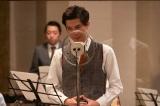 連続テレビ小説『エール』第8週・第36回より。「丘を越えて」をレコーディングしていた山藤太郎(柿澤勇人)(C)NHK