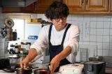 毎日欠かさずキッチンに立ち続ける井ノ原快彦(C)2020「461個のおべんとう」製作委員会
