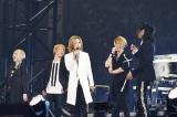 GLAYをデビューに導いたX JAPANのYOSHIKI(中央)が祝福に駆けつけライブ初共演