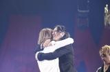 X JAPANのリーダーYOSHIKIとGLAYのリーダーTAKUROが熱い抱擁