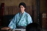 大河ドラマ『麒麟がくる』第19回「信長を暗殺せよ」より。越前で浪人暮らしをしていた光秀(長谷川博己)。子どもたちに読み書きを教えていた(C)NHK