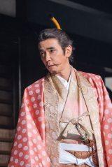 大河ドラマ『麒麟がくる』第19回「信長を暗殺せよ」より。朝倉義景(ユースケ・サンタマリア)から自分の代理で京へ行ってほしいと光秀に頼む(C)NHK