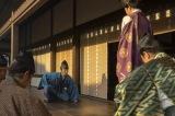 大河ドラマ『麒麟がくる』第19回「信長を暗殺せよ」より。9年ぶりに足利義輝(向井理)と言葉を交わすことができた明智光秀(長谷川博己)(C)NHK