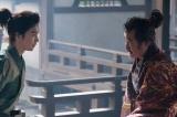 大河ドラマ『麒麟がくる』第19回「信長を暗殺せよ」より。光秀(長谷川博己)と11年ぶりの再会を喜ぶ松永久秀(吉田鋼太郎)(C)NHK