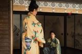 大河ドラマ『麒麟がくる』第19回「信長を暗殺せよ」より。光秀に「斎藤殿が呼んでいる」と伝える松永久秀(吉田鋼太郎)(C)NHK