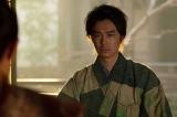 大河ドラマ『麒麟がくる』第19回「信長を暗殺せよ」より。気弱になった義龍の様子を気遣う光秀(長谷川博己)(C)NHK