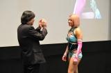 スマホゲームアプリ『ロストディケイド』発表会に出席した(左から)木村花、木谷高明取締役