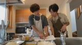 キッチンで仲良く料理をする兄弟の姿が微笑ましい(C)NHK