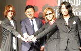 日本最大級のヴィジュアル系音楽フェス「VISUAL JAPAN SUMMIT 2016」記者発表会に出席した(左から)SUGIZO、三木谷浩史氏、YOSHIKI、TAKURO (C)ORICON NewS inc.