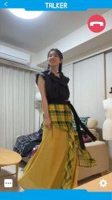 リモートドラマ『ホーム・ノット・アローン』テレビ電話でファッションショーをするくみ子(桜庭ななみ)(C)NHK