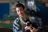 大河ドラマ『麒麟がくる』第20回(5月31日放送)猫を抱きながら望月東庵と面談する今川義元(片岡愛之助)(C)NHK