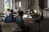 大河ドラマ『麒麟がくる』第20回(5月31日放送)より。寺で子どもたちに読み書きを教える明智光秀(長谷川博己)(C)NHK
