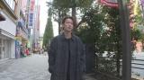 秋葉原を歩く佐藤健=『東京ミラクル「第3集 最強商品 アニメ』6月14日、NHK総合で再放送(C)NHK