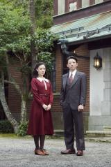 ドラマ『スパイの妻』BS8Kで6月6日放送。主演の蒼井優と共演の高橋一生 (C)NHK