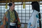 大河ドラマ『麒麟がくる』第21回「決戦!桶狭間」より。これまた唐突に、帰蝶(川口春奈)に「会わせたい者がいる」という信長(染谷将太) (C)NHK