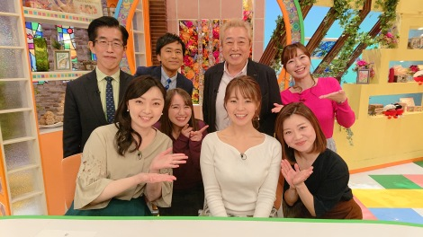 ガダルカナル・タカらに祝福された静岡朝日テレビの森直美アナウンサー (C)静岡朝日テレビ