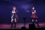 向井地美音(左)と岡田奈々がソーシャルディスタンスを保ちながらAKB48劇場公演を再開(C)AKB48