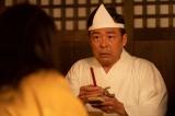 連続テレビ小説『エール』第12週・第56回より。一泊二日で地上に帰る権利がもらえるあの世の宝くじに当たって、10年ぶりにこの世に戻ってきた音の父・安隆(光石研)(C)NHK