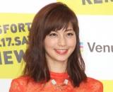 安田美沙子、サイドから胸元チラリ