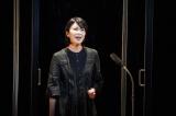 「マツノボクス」と名付けられたアクリルボックスの中で歌う松たか子=WOWOWで7月5日放送、『劇場の灯を消すな! Bunkamura シアターコクーン編 松尾スズキプレゼンツ アクリル演劇祭』(撮影:宮川舞子)