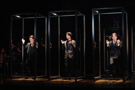 「マツノボクス」と名付けられたアクリルボックスの中で歌う(左から)小池徹平、神木隆之介、阿部サダヲ=WOWOWで7月5日放送、『劇場の灯を消すな! Bunkamura シアターコクーン編 松尾スズキプレゼンツ アクリル演劇祭』(撮影:宮川舞子)
