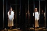 「マツノボクス」と名付けられたアクリルボックスの中で歌う(左から)麻生久美子、生田絵梨花=WOWOWで7月5日放送、『劇場の灯を消すな! Bunkamura シアターコクーン編 松尾スズキプレゼンツ アクリル演劇祭』(撮影:宮川舞子)