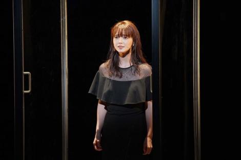 「マツノボクス」と名付けられたアクリルボックスの中で歌う多部未華子=WOWOWで7月5日放送、『劇場の灯を消すな! Bunkamura シアターコクーン編 松尾スズキプレゼンツ アクリル演劇祭』(撮影:宮川舞子)