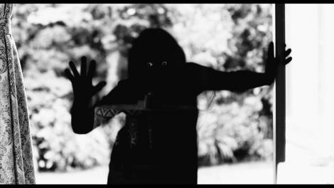 Netflixオリジナルシリーズ『呪怨:呪いの家』(7月3日より独占配信)迫りくる「黒い影」の正体は?