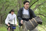 金曜ナイトドラマ『家政夫のミタゾノ』第5話(7月3日放送)より。逃げる袴田吉彦をミタゾノさんが追う (C)テレビ朝日
