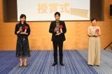 (左から)優秀賞の谷口佳奈子氏、大賞の池上ゴウ氏、優秀賞の長島清美氏 (C)テレビ朝日