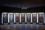 『アイアンマン』トニー・スタークのラボに格納されたアーマー群=『MARVEL STUDIOS:A UNIVERSE OF HEROES マーベル・スタジオ/ヒーローたちの世界へ』大阪・大丸梅田店で開催(2020年8月10日〜2020年11月23日)(C)2020 MARVEL