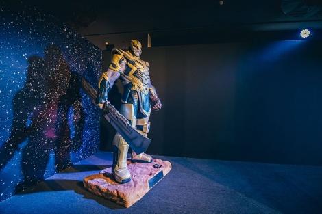 『アベンジャーズ/インフィニティ・ウォー』サノスと6つのインフィニティ・ストーンを紹介=『MARVEL STUDIOS:A UNIVERSE OF HEROES マーベル・スタジオ/ヒーローたちの世界へ』大阪・大丸梅田店で開催(2020年8月10日〜2020年11月23日)(C)2020 MARVEL