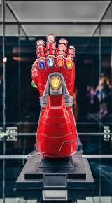 『アベンジャーズ/エンドゲーム』トニー・スタークのインフィニティ・ガントレット=『MARVEL STUDIOS:A UNIVERSE OF HEROES マーベル・スタジオ/ヒーローたちの世界へ』大阪・大丸梅田店で開催(2020年8月10日〜2020年11月23日)(C)2020 MARVEL