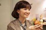 ひょんなことかから焼き肉をおごることになる受付嬢の北見七瀬(松本妃代) (C)「女子グルメバーガー部」製作委員会
