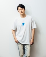 11枚目シングル「Message」(1995年)のシンボルマークを取り入れたチャリティTシャツを製作した福山雅治