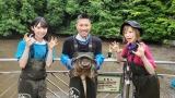 7月26日放送、『緊急SOS!池の水ぜんぶ抜く大作戦』にAKB48山内瑞葵(左)が初参戦。大家志津香(右)、前園真聖(中央)とカミツキガメを捕獲 (C)テレビ東京