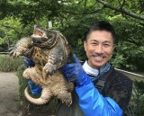 7月26日放送、『緊急SOS!池の水ぜんぶ抜く大作戦』捕獲したカミツキガメを掲げる前園真聖 (C)テレビ東京