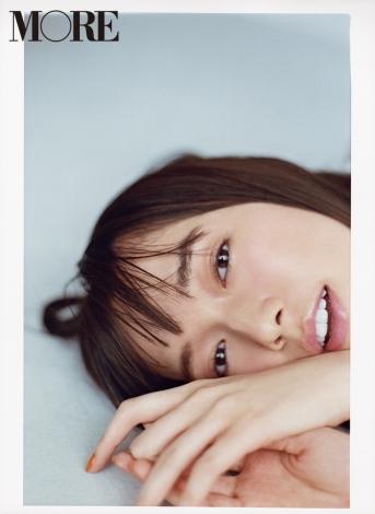 サムネイル 『MORE』9月号増刊表紙に登場した佐藤栞里(C)撮影/横浪修