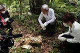 マラリア感染の悲劇の現場を取材する池上彰と池谷実悠アナウンサー(C)テレビ東京