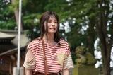 小芝風花が主演する、土曜ナイトドラマ『妖怪シェアハウス』(8月1日スタート)第1話より。どん底の主人公を手を差し伸べたのは… (C)テレビ朝日