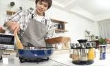 8月4日放送、『家事ヤロウ!!!3時間スペシャル』得意料理を披露する北村匠海 (C)テレビ朝日