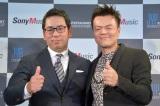 ソニーミュージックと韓国の大手芸能事務所JYPエンターテインメントが共同事業始動を発表(左から)村松俊亮氏(ソニー・ミュージックエンタテインメント取締役)、パク・ジニョン氏(JYPエンターテインメントCCO)