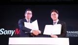 共同事業『Nizi Project』契約書の調印式(左から))村松俊亮氏(ソニー・ミュージックエンタテインメント取締役)、チョン・ウク氏(JYPエンターテインメントCEO) (C)ORICON NewS inc.