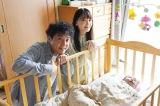 日曜ドラマ『親バカ青春白書』2話の場面写真(左から)ムロツヨシ、新垣結衣 (C)日本テレビ