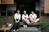 特集ドラマ『太陽の子』(8月15日放送)(左から)兄・修(柳楽優弥)、母・フミ(田中裕子)、弟・裕之(三浦春馬) (C)国際共同制作 Eleven Arts