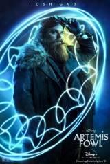 主人公のアルテミス(フェルディア・ショウ)の父親、世界的大泥棒のアルテミス・ファウル シニア(ジョシュ・ギャッド)=ディズニー映画『アルテミスと妖精の身代金』(8月14日よりディズニープラスで独占配信)(C)2020 Disney