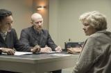 映画『ジョーンの秘密』(公開中)スパイ容疑で逮捕されるジョーン(ジュディ・デンチ)(C) TRADEMARK (RED JOAN) LIMITED 2018
