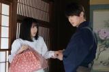 新水曜ドラマ『私たちはどうかしている』の場面写真が公開 (左から)浜辺美波、横浜流星(C)日本テレビ