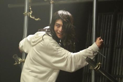 8月12日放送、『刑事7人』第2話にウルトラマンで人気の平田雄也がゲスト出演。引きこもり役を長髪姿で怪演 (C)テレビ朝日